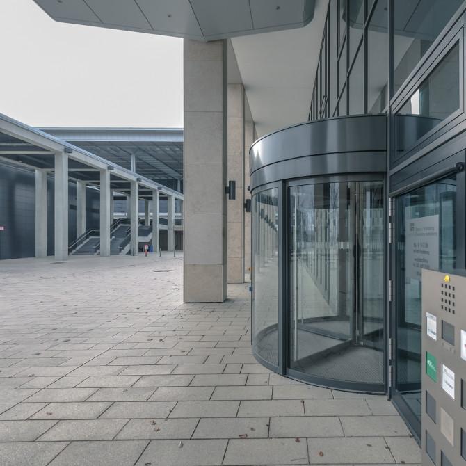 Flughafen BER Drehtür Verwaltung © Bernd Wonde