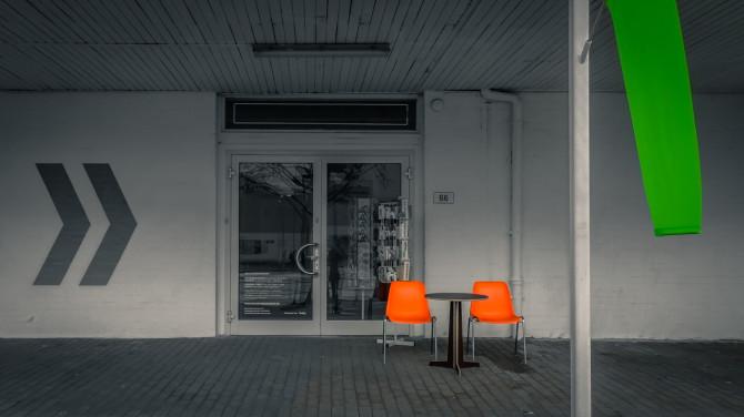 Buchstabenmuseum Berlin Außenaufnahme Stühle © Bernd Wonde