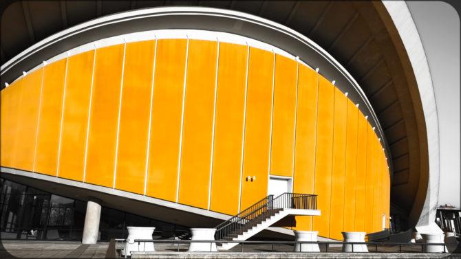 Haus der Kulturen der Welt Außeneingang I © Bernd Wonde
