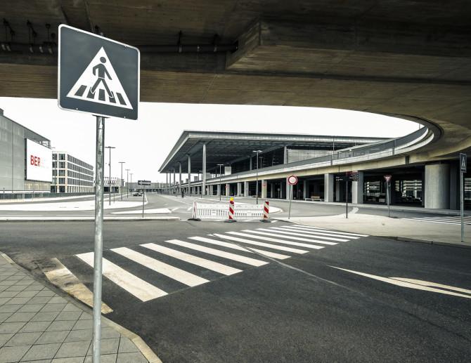 Flughafen BER Fussweg Haupthalle © Bernd Wonde