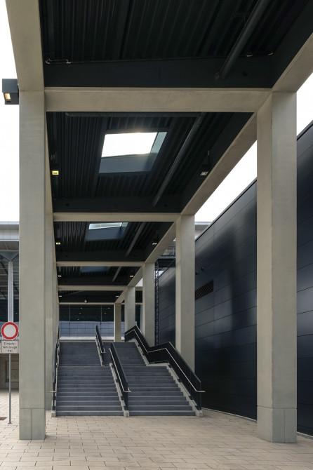 Flughafen BER Übergang Treppe © Bernd Wonde