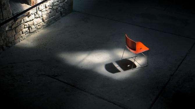 Kalkwerk Rüdersdorf roter Stuhl Schatten © Bernd Wonde