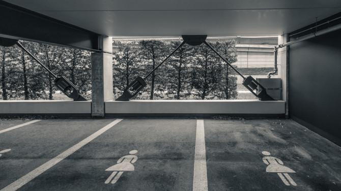 Flughafen BER Parkhaus Frauenparkplatz © Bernd Wonde