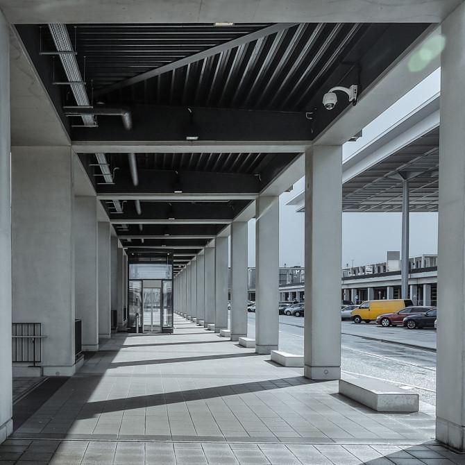 Flughafen BER Übergang Laubengang © Bernd Wonde
