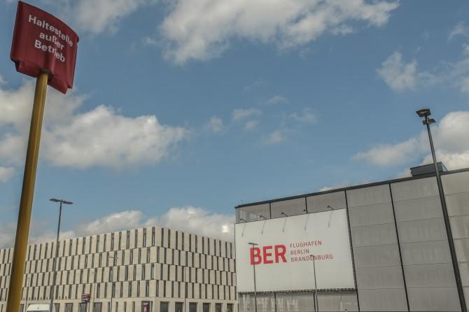 Flughafen BER Haltestelle Abflug © Bernd Wonde